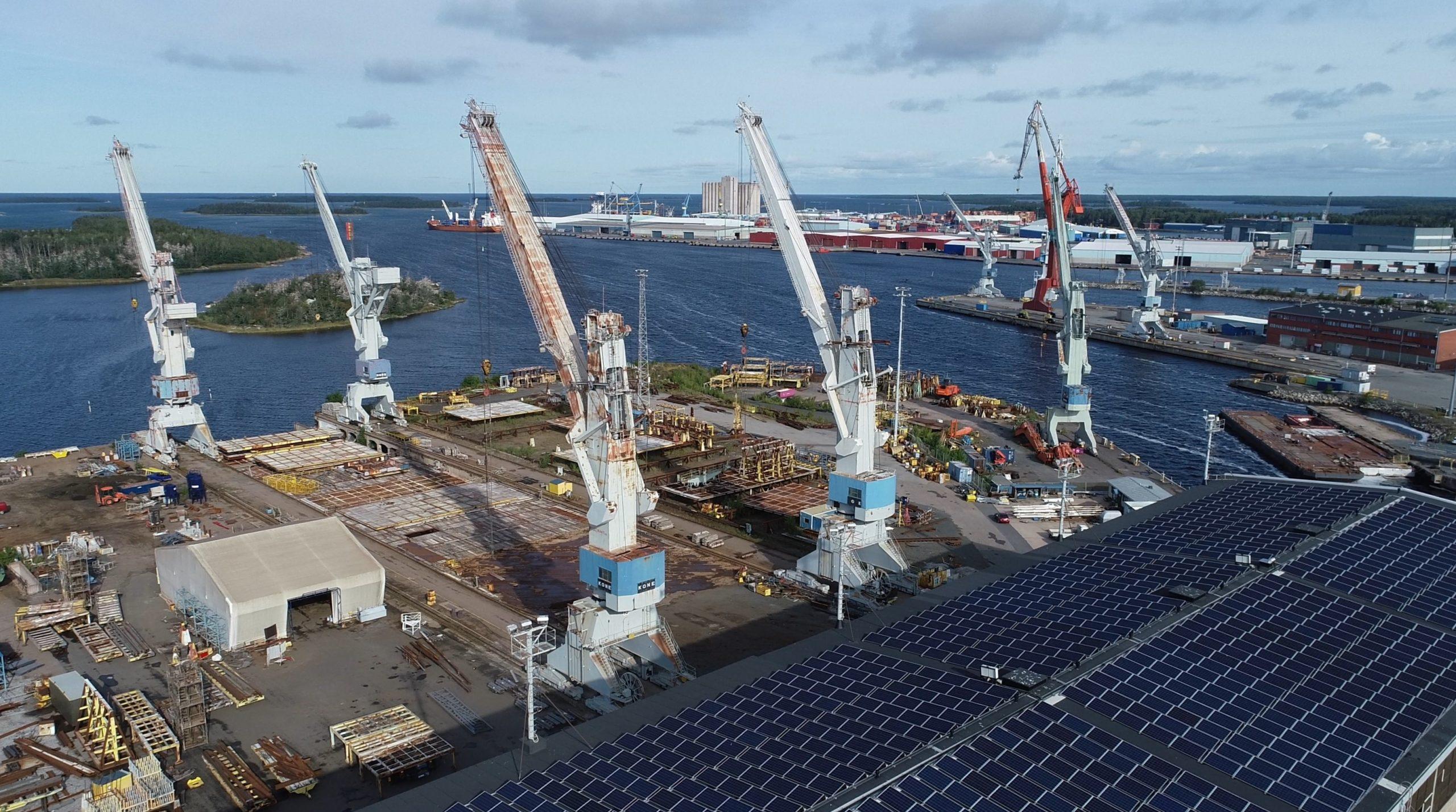 Ilmakuva Rauman meriklusterista, telakka-alueesta nostureineen ja satamasta